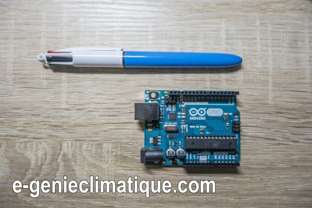 arduino_uno_comparaison_taille_avec_stylo